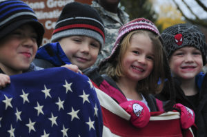 Bambini con bandiera degli Stati Uniti