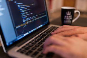 Persona che scrive a computer