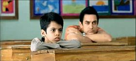 Bamabino e insegnante seduti in classe