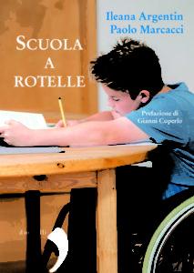 Bambino che scrive seduto su sedia a rotelle