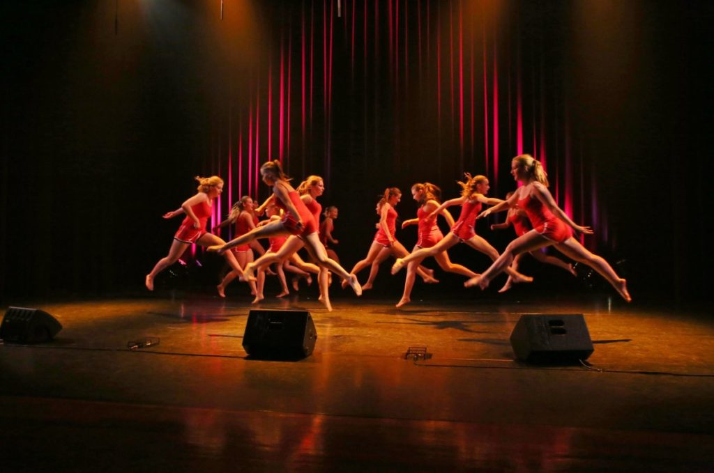 Ragazzi che danzano su un palco