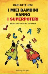 Disegno di bambini con mantello da supereroi e lettere