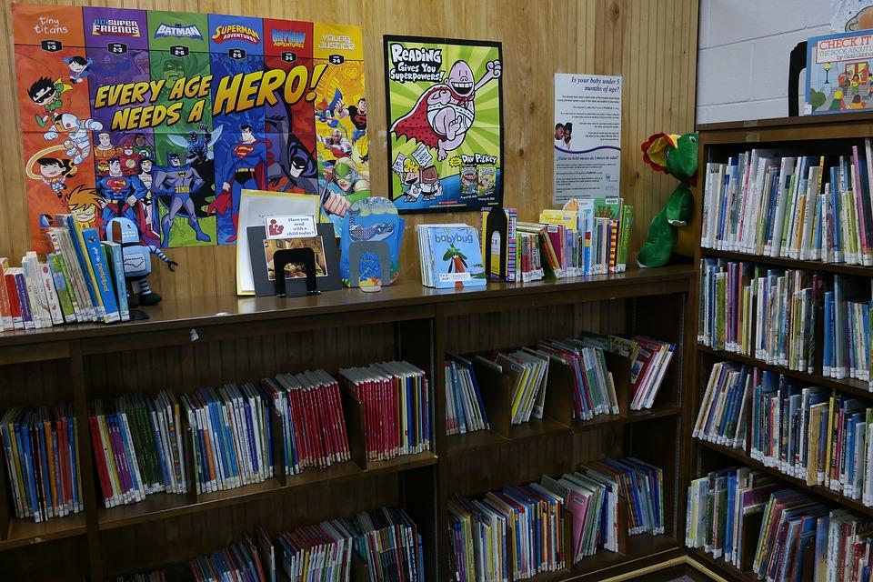 Scaffali di una biblioteca con libri per bambini