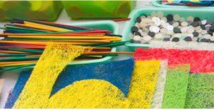 Materiali colorati: stoffa, bottoni