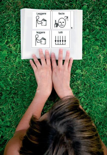 Ragazza che legge un libro in simboli