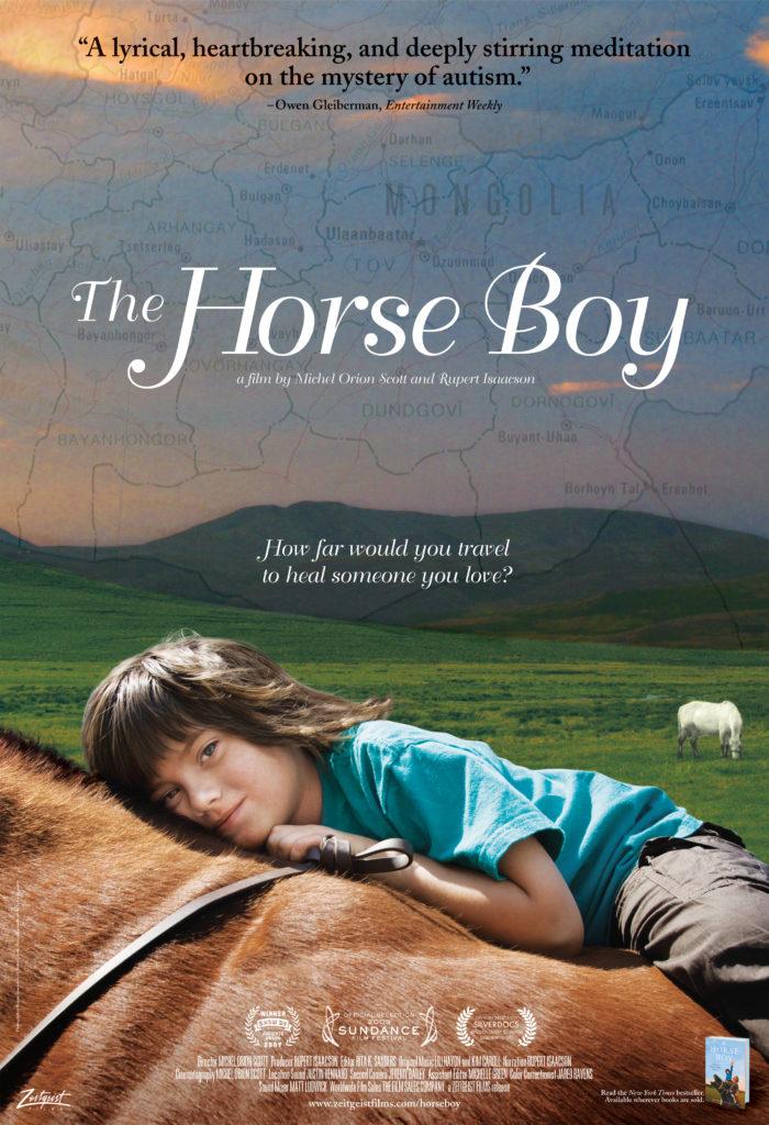 Bambino che abbraccia un cavallo marrone