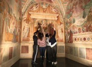 Persone che guardano affreschi