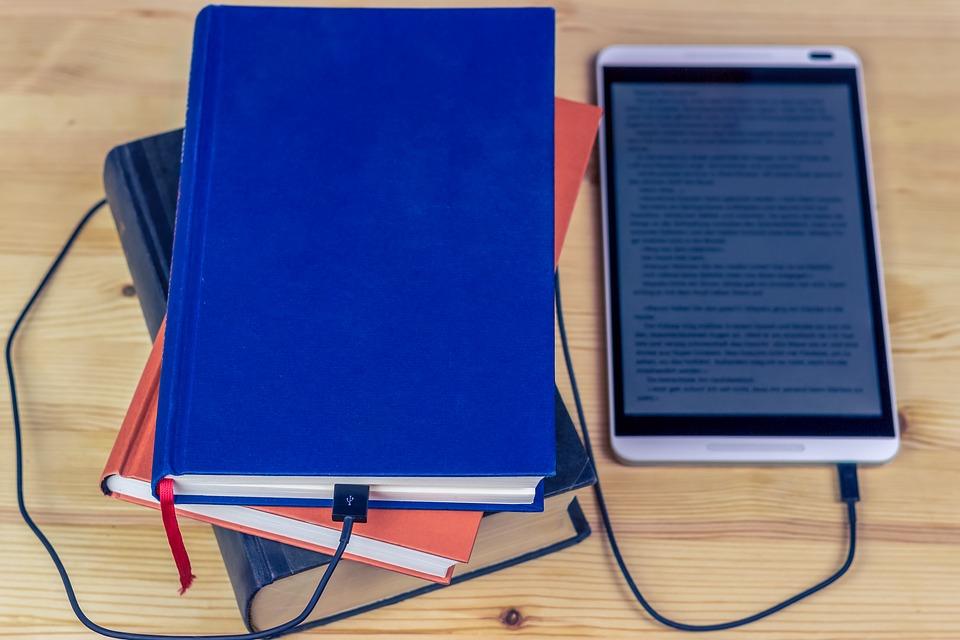 Libri e tablet collegati da cavetti usb