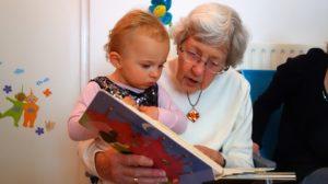 Nonna che legge alla nipotina