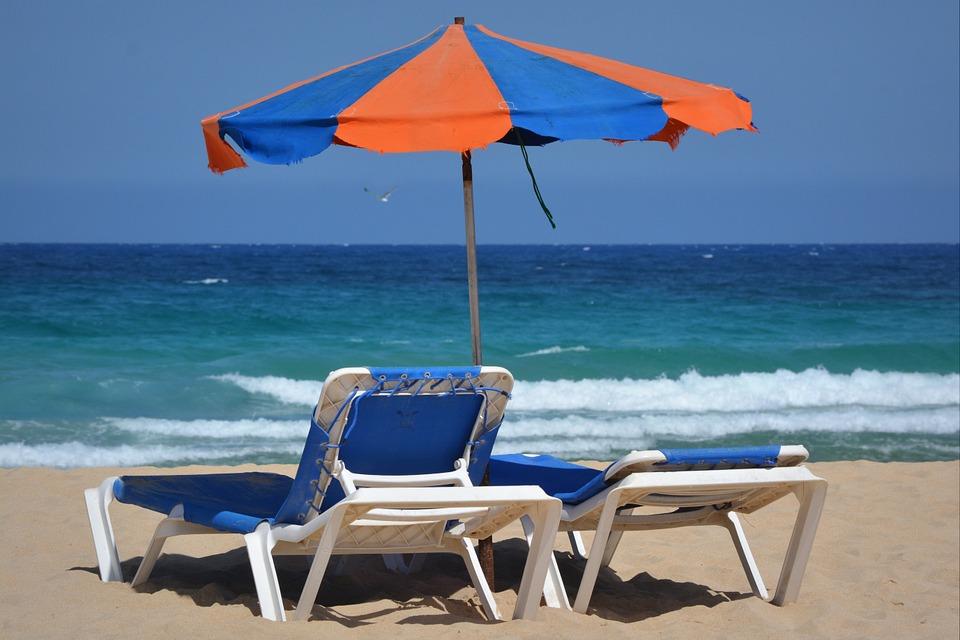 Mare, spiaggia, ombrellone e lettini