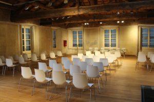 Aula di una conferenza con sedie biache