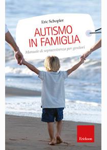 """Copertina del libro """"Autismo in famiglia"""" con bambino tenuto per mano al mare"""