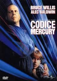 Bruce Willis che cerca di nascondere un bambino su sfondo blu