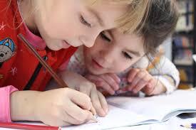 due bambini che scrivono