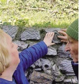 Due persone che toccano pietre scolpite