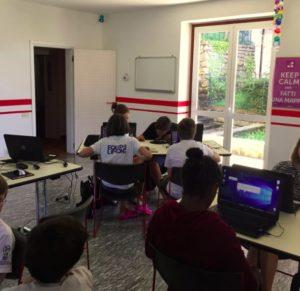 Aula con ragazzi che studiano con computer