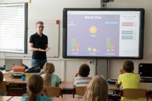 Insegnante con LIM e classe di bambini
