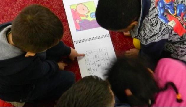 Bambini che leggono un libro in simboli